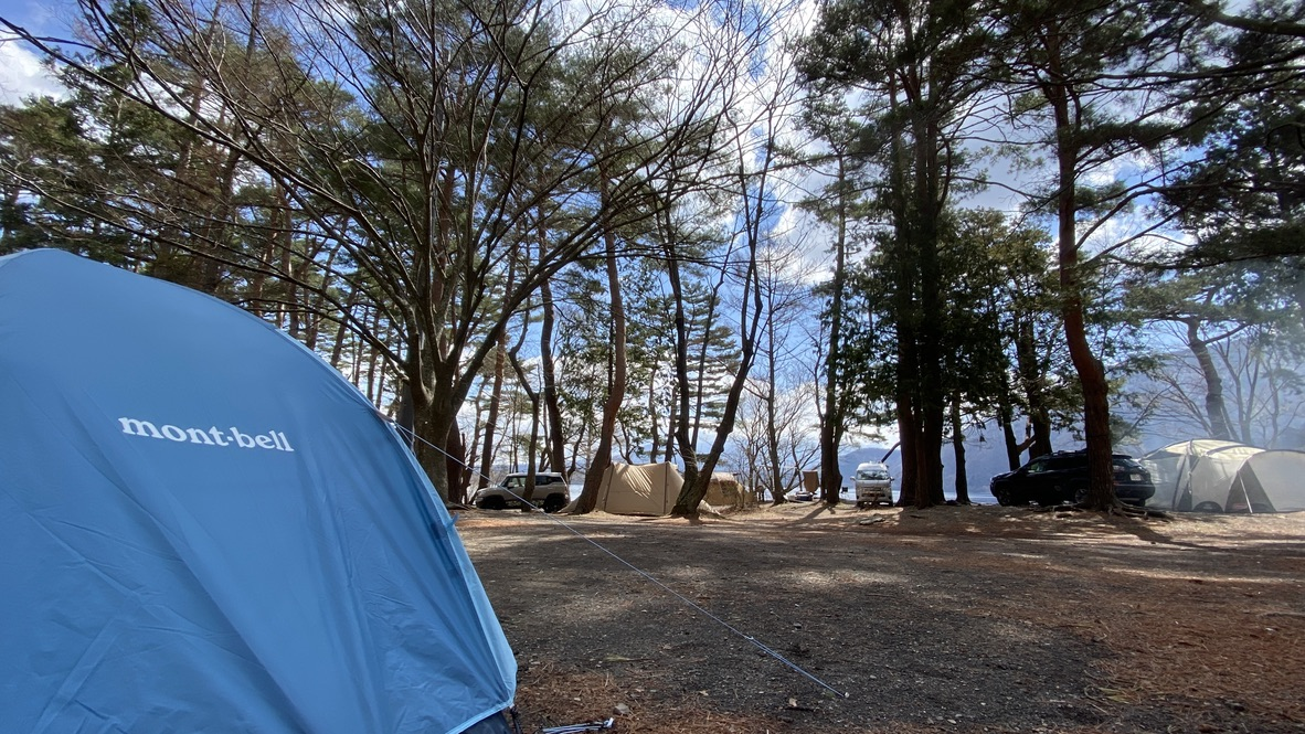 木々の木漏れ日、そしてその先に覗く本栖湖と富士山