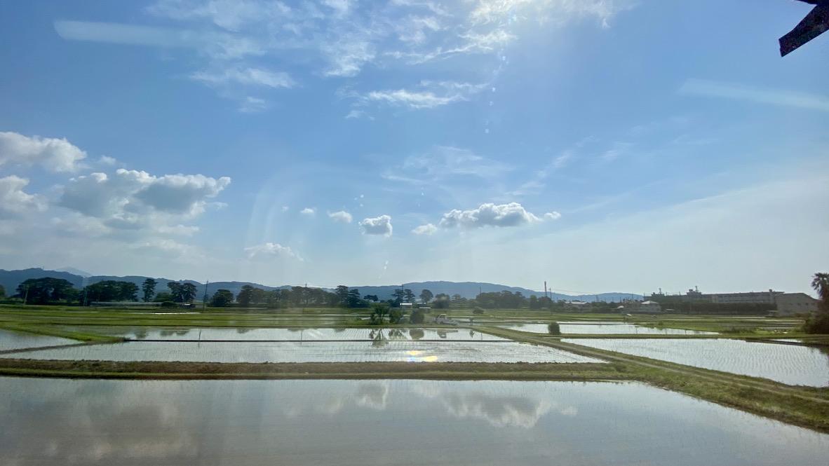 電車の車窓から見る田園風景