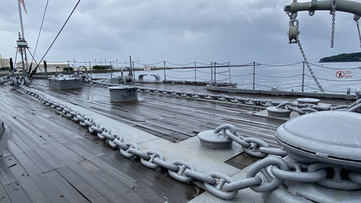 船の戦闘に向かって伸びる図太い鎖