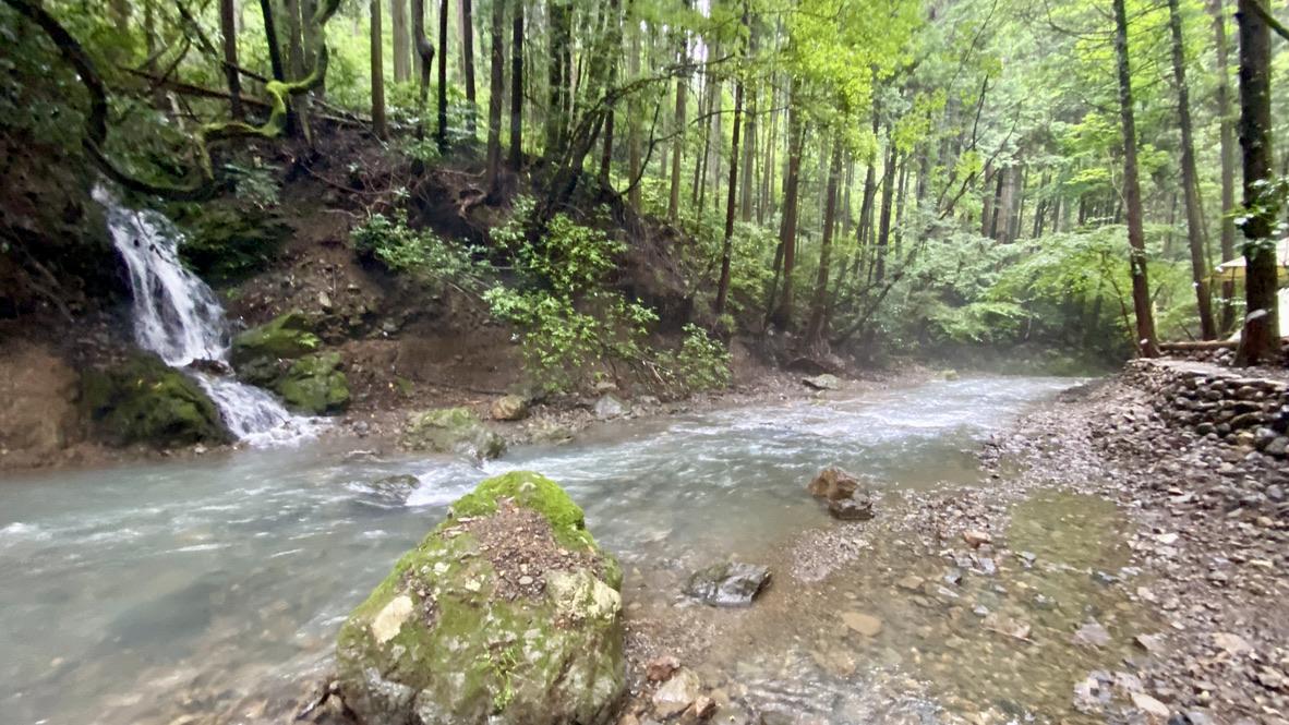 キャンプエリア脇に流れる川