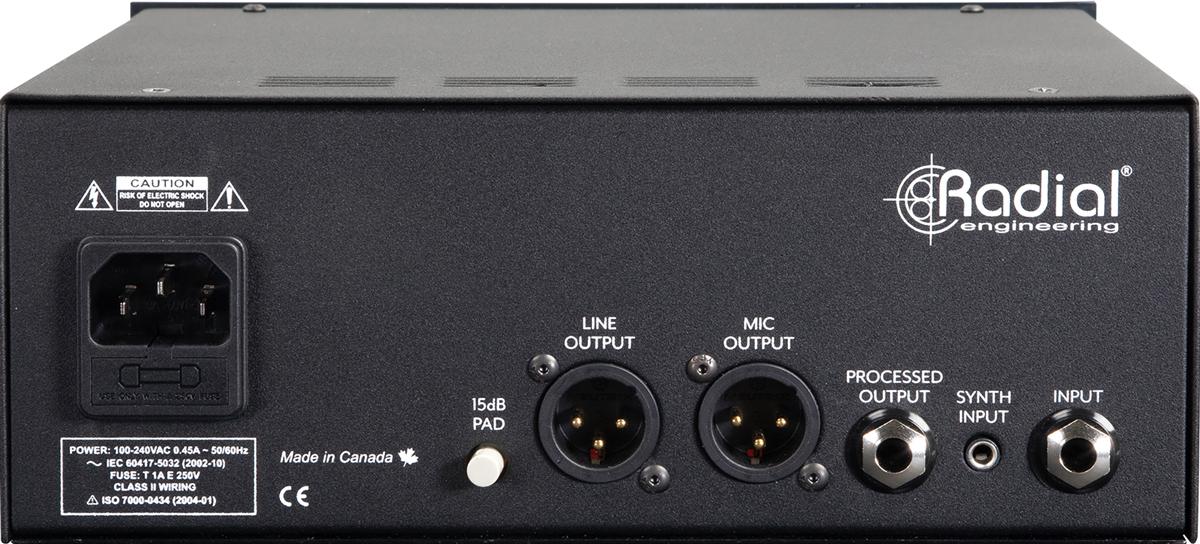 リア・パネル。ライン・アウト(XLR)の信号レベルを下げてクリッピングを回避するための−15dB PAD、ライン・アウト(XLR)、マイク・アウト(XLR)、ステージ・アンプやアンプ・モデリング・ユニットへの接続に使用するPROCESSED OUTPUT(フォーン)、モジュラー・シンセなどに接続するためのSYNTH INPUT(モノラル・ミニ)、INPUT(フォーン)を装備
