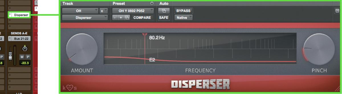 これがKILOHEARTS Disperserで、画面にあるルーラーの周波数より下の帯域(左側)を ディレイさせる。AMOUNTはかかり量、PINCHはQのような役割で、赤い曲線の位置が高 いほどディレイが大きくなる。ここでは周波数80.2Hz 近辺より下を少しだけ遅らせる設定だ