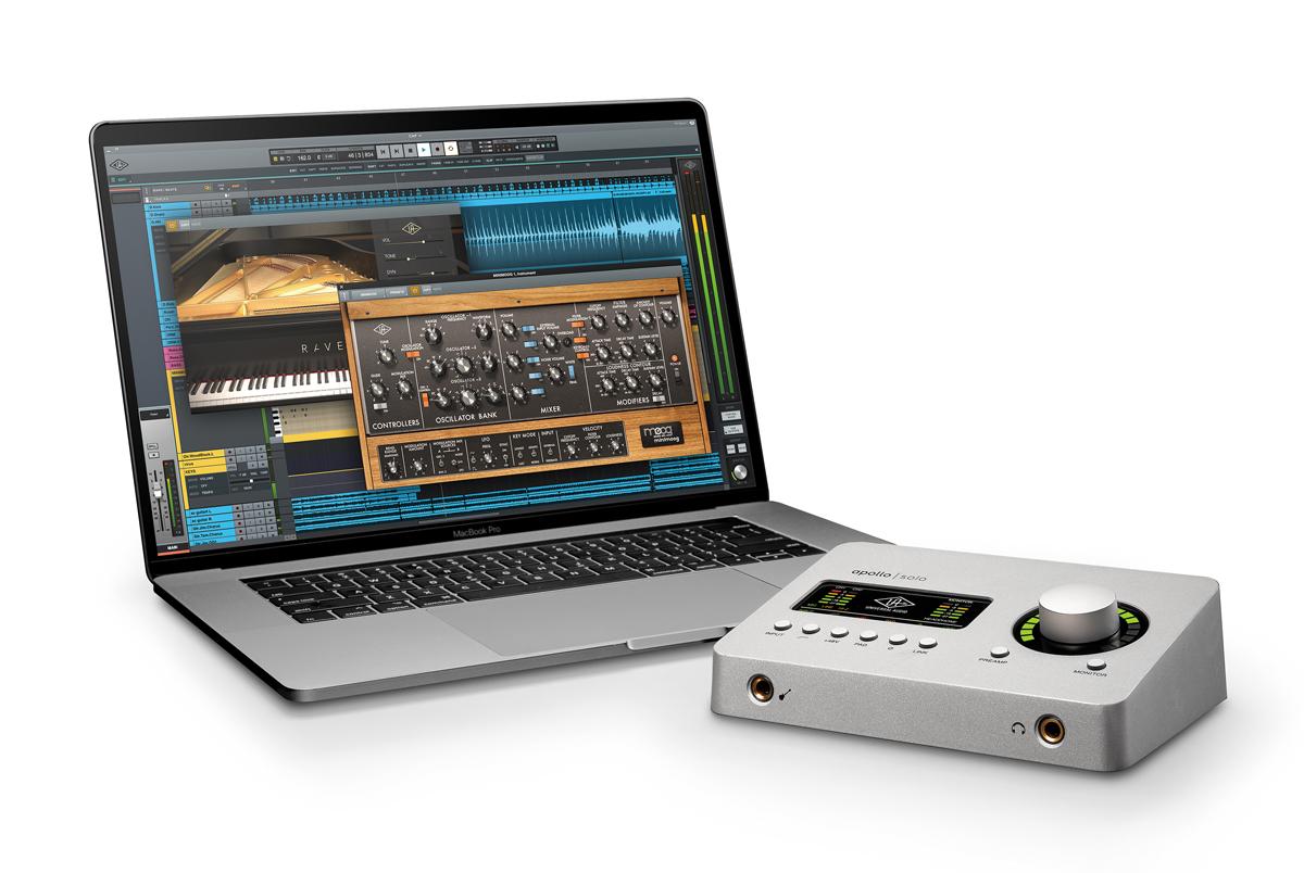 Apollo Soloでは、付属のMac 対応ソフトLuna Recording Systemを用いた音楽制作が可能。APPLE MacBookのディスプレイには、専用ソフト音源Luna InstrumentsのRavel Grand Piano(画面左)やMoog Minimoog(同右)が立ち上がっている