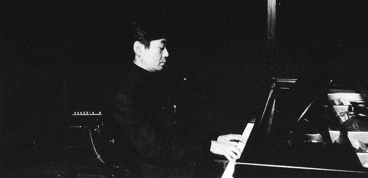ピアノを惹く細野晴臣氏