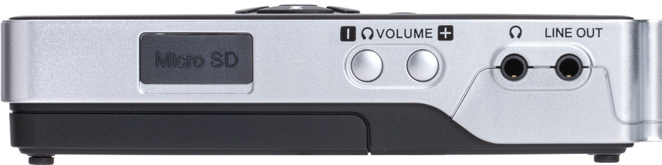 本体右側面には、microSDカード・スロット、ヘッドフォンのモニター・ボリューム・ボタン、ヘッドフォン・アウト(ステレオ・ミニ)、ライン・アウト(ステレオ・ミニ)を装備している