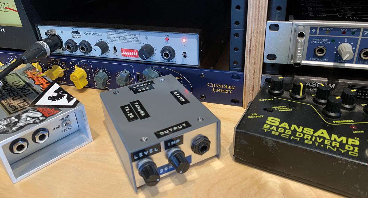 筆者がギター・レコーディングで使用しているDI。COUNTRYMAN Type 10 Direct Boxと自作のDIがある。奥にはDI/リバースDI/レベル・コンバーターを搭載しているUMBRELLACOMPANY Signalform Organizerがセッティングされている