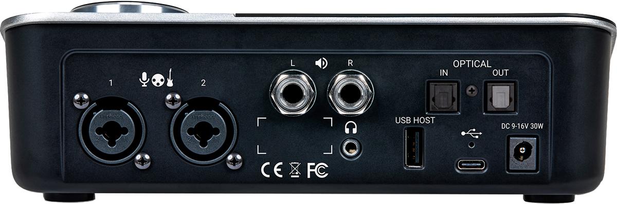 リア・パネルには、アナログ・イン(XLR/フォーン・コンボ)×2系統、メイン・アウト(フォーンL/R)とヘッドフォン・アウト、アップデート用USB-A 端子、オプティカル・イン/アウト、コンピューター接続用USB-C端子が並ぶ。フロント・パネルにもインストゥルメント・イン(フォーン)とヘッドフォン・アウトが備わっている