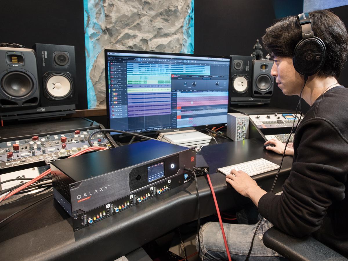 リアンプ中の様子。録音中にヘッドフォンでモニターしたそばから「圧倒的なサウンドです!」と、Hiro氏は感激していた