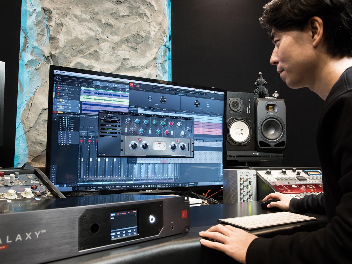 Synergy Coreエフェクトを操るHiro氏。「ノブを大胆にひねっても音が破たんしない辺りにアウトボードに通じるものを感じる」と語っていた