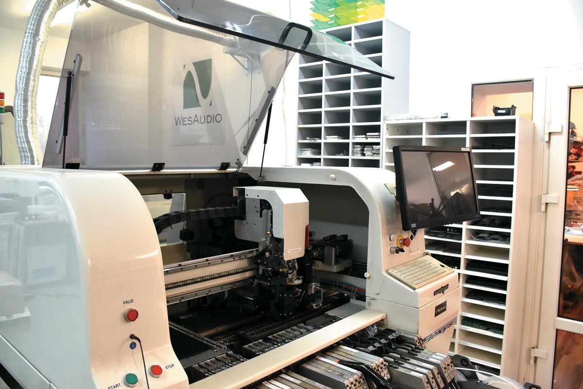 自社で組み立てを行っているWESAUDIOは、小さなパーツをプリント基盤に設置するピック&プレース・マシンを導入している