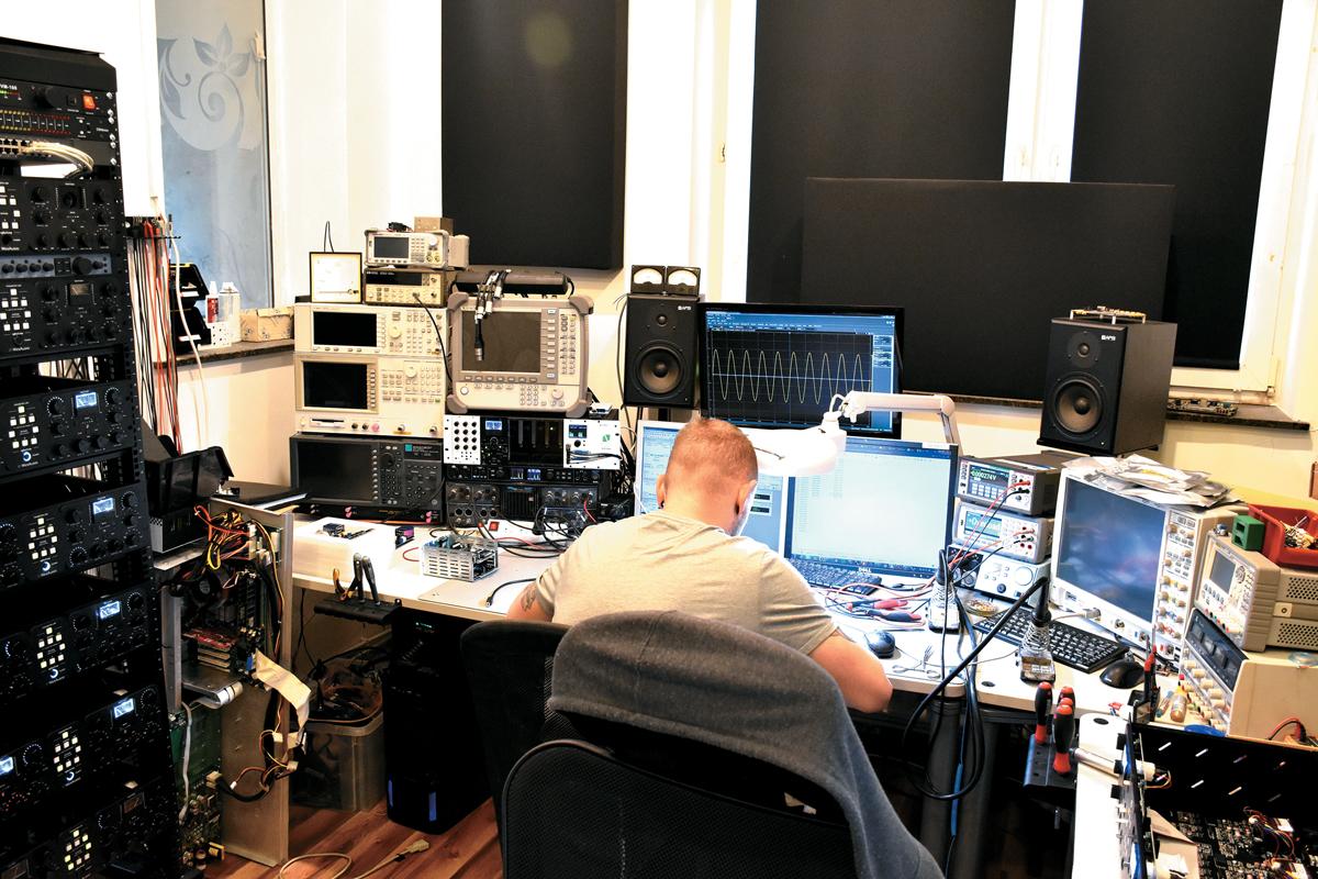 創設者のラドシュラフ・ヴェソロフスキ氏が作業している様子。左には新発売のngBusCompが多数ラッキングされている