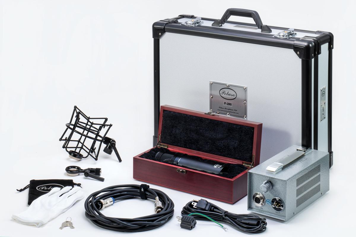 アルミニウム外装のフライトケースの中には、木製のケースに入ったP-280 本体、PELUSOの刻印入りの8ピン・マイク・ケーブル、電源ケーブル、ショック・マウント、ハード・マウント、パワー・サプライ、PELUSOのロゴ入りポーチ、綿の白手袋が入っている