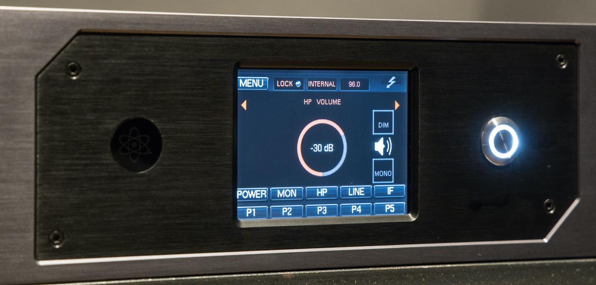Galaxy 64 Synergy Core本体のタッチ・パネル。写真ではヘッドフォン・ボリュームの操作画面が映し出されており、直感的に音量をコントロールすることができる。そのほか、入出力のメータリングや音量調整、プリセットや各種設定へのアクセスが可能だ。美濃氏は、タッチ・パネルのレスポンスの良さについても高く評価している