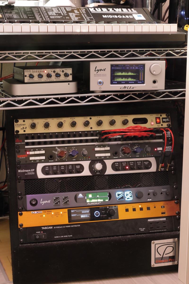 かごめPのスタジオにあるラック。写真右上にHilo、ラックの下から3番目にAurora(n)がある。両モデルともLSlotカードのLT-Danteを採用し、Dante接続ができるようになっている