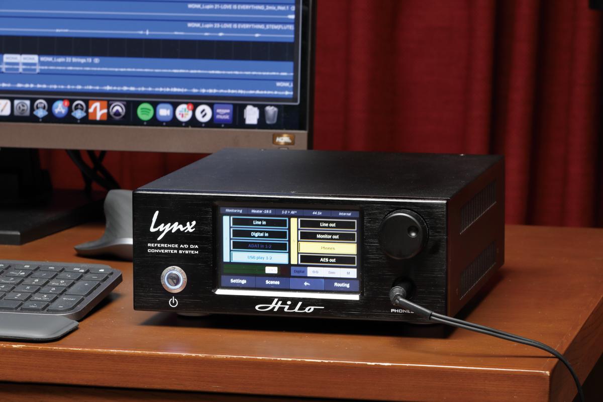 井上のプライベート・スタジオのデスクに置かれたHiloのブラック・バージョン。スピーカーやヘッドフォンでモニタリングするためのD/Aコンバーターとして導入されている
