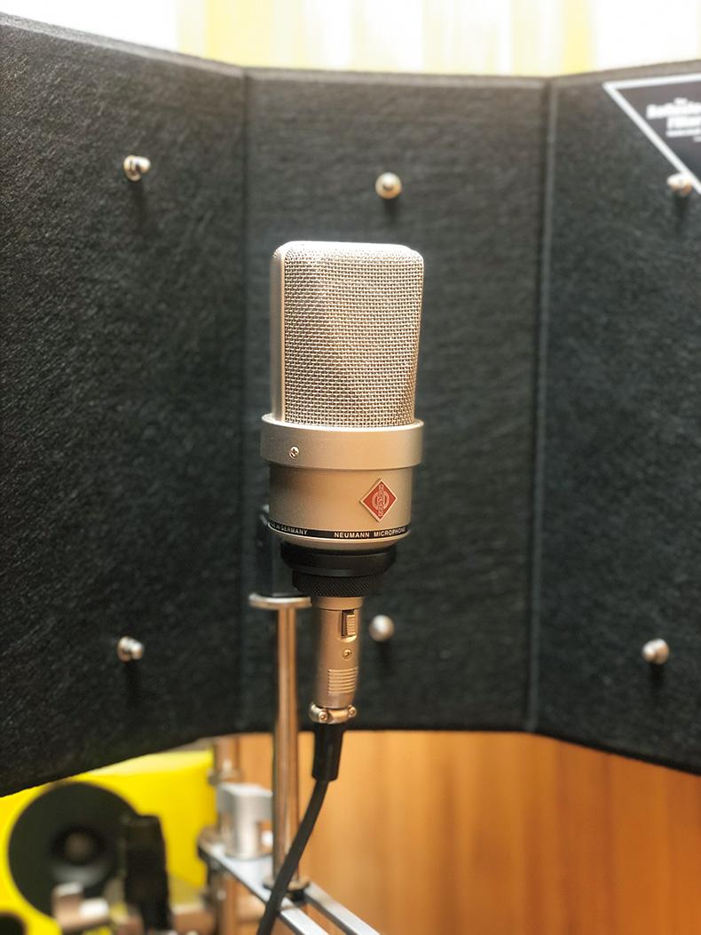 歌録りに愛用中のNEUMANN TLM 103。以前はBLUE MICROPHONESのコンデンサー・マイクを使っており、自身の声の高域が補強されるサウンドを気に入っていたというが、ブレス成分まで忠実に収音できる点で、現在はTLM 103をメインにしている。併用しているオーディオI/Oは、PARKGOLFから教えてもらったというRME Fireface UCX