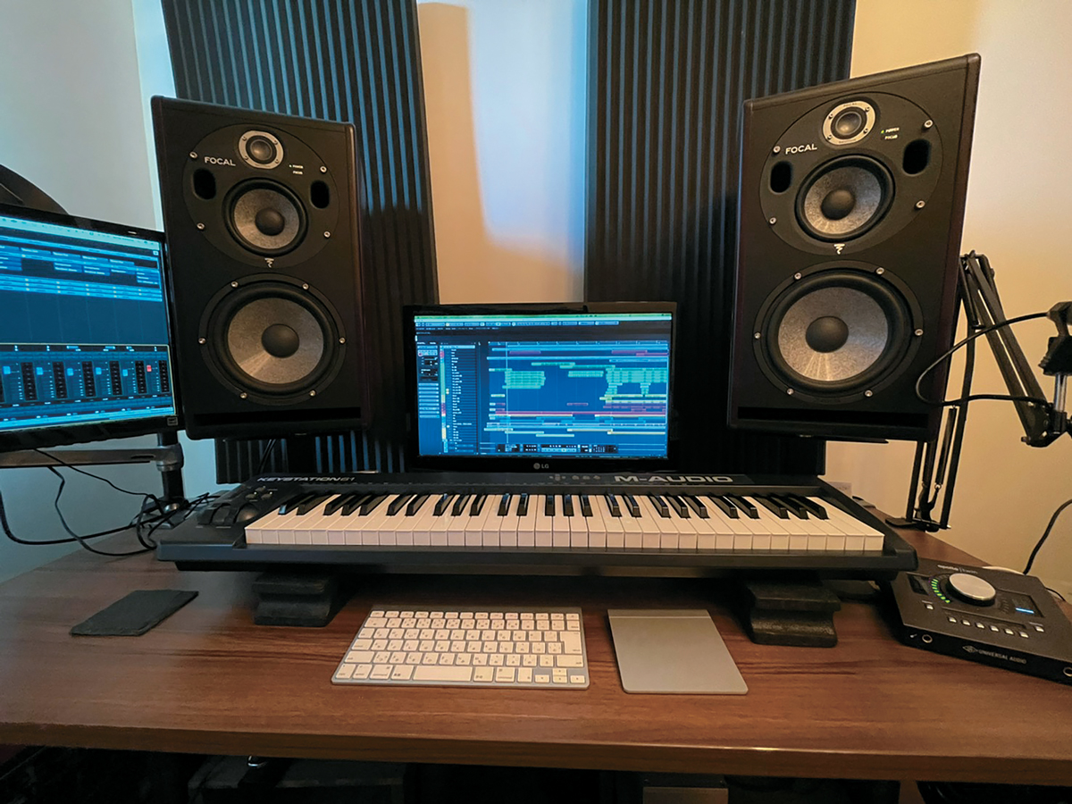 片岡のホーム・スタジオ。デスクにはモニター・スピーカーFOCAL Trio6 Be、オーディオI/OのUNIVERSAL AUDIO Apollo Twin、MIDIキーボードのM-AUDIO Keystationが並ぶ。DAWソフトはSTEINBERG Cubase。Cubase5から使用している片岡はその魅力について、「付属のコンプやマキシマイザーで完結できたり、ピッチ補正機能のVariAudioで、ハモリがオケに当たってもすぐにピッチが直せるなど、直感的に使えるのがありがたい」と語る