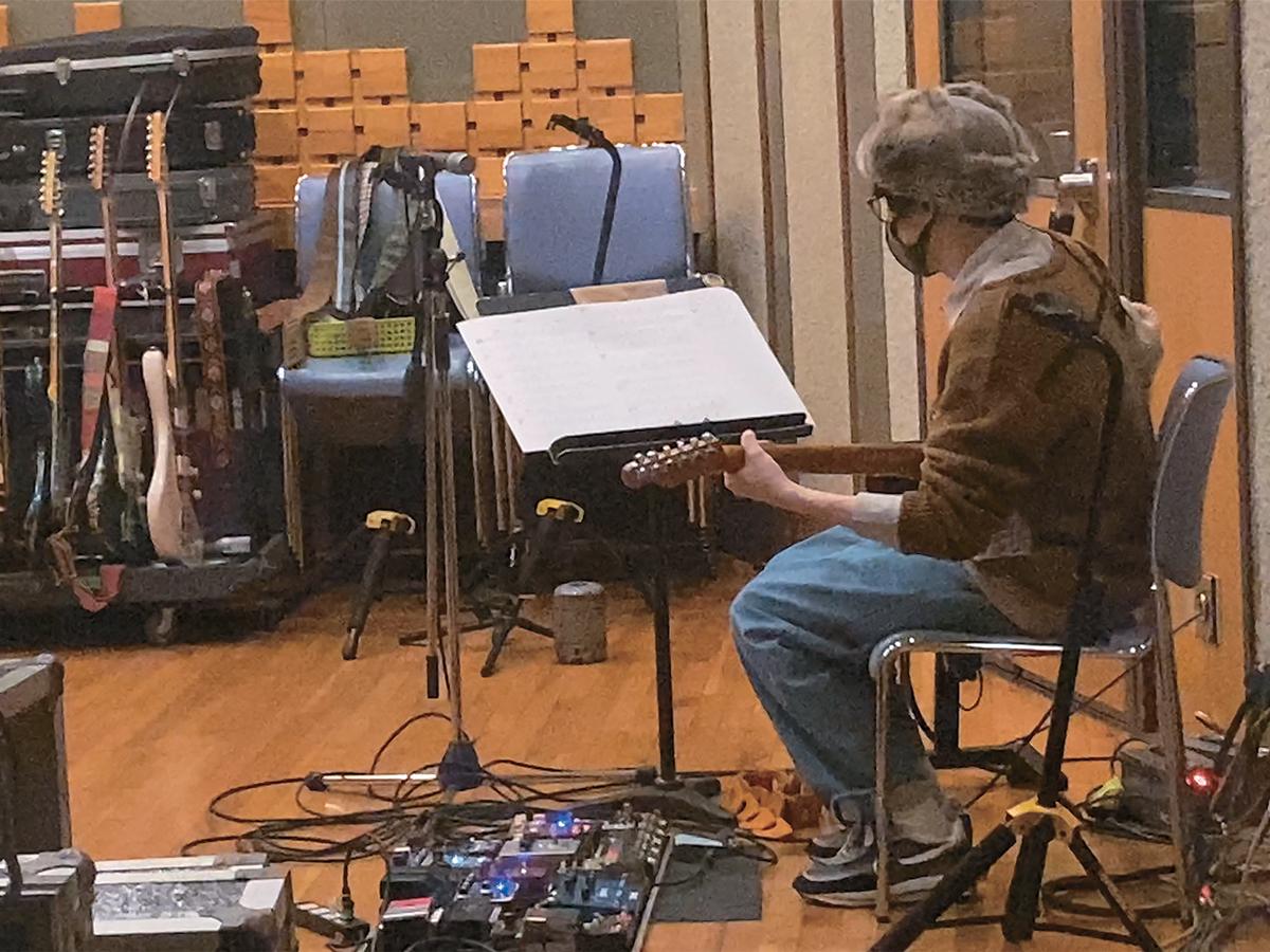 『AMUSIC』ギター・レコーディングの様子。片岡は、レコーディングには作曲に使ったギターを必ず持っていくという