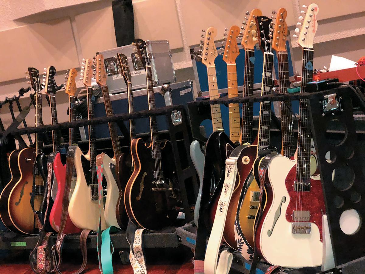 多様な楽器とのバランスが取れるよう、多いときでは片岡と黒田合わせて20本以上のギターを持ち込むという