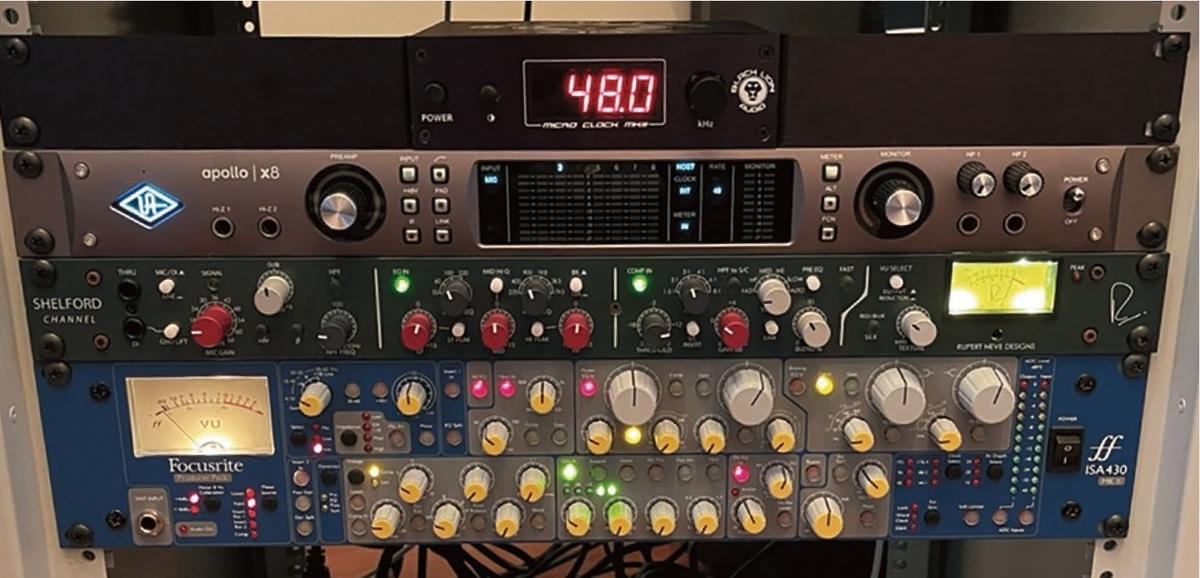 Apollo Twinをカスケード接続している︎UNIVERSAL AUDIO Apollo X8や、ボーカルのコンプやリミッターに使うRUPERT NEVE DESIGNS Shelford Channel、最近導入したというFOCUSRITE ISA430 MKⅡがラックされている