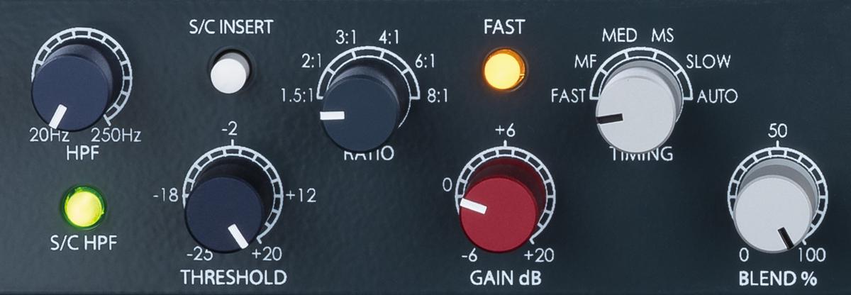 チャンネルの操作子。ノブ類は、左からサイド・チェイン・ハイパス・フィルターのカットオフ周波数、スレッショルド、レシオ、出力ゲイン、タイミング、ブレンド。ボタン類については諸機能のオン/オフを行うもので、写真で緑に点灯しているのがハイパス・フィルター、白いのはリアのサイド・チェイン・インサート、黄色く光っているのがタイミングのFASTモードのオン/オフとなっている