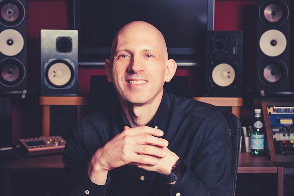 カールトン・リーンが語るDolby Atmos制作のポイント「スピーカーで行ったミックスはバイノーラルでも奥行きや広がりが感じられる」