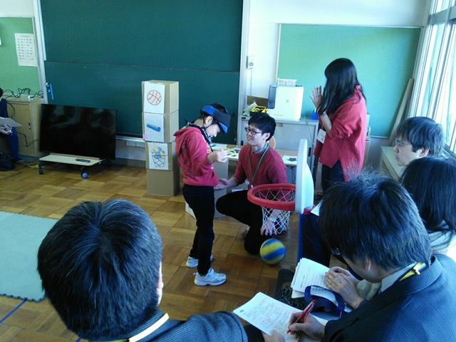 プログラミングキューブで友達が決めたコマンドを、実践している中学部の生徒と見守るメンター。