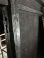 手斧で仕上げられた壁や柱