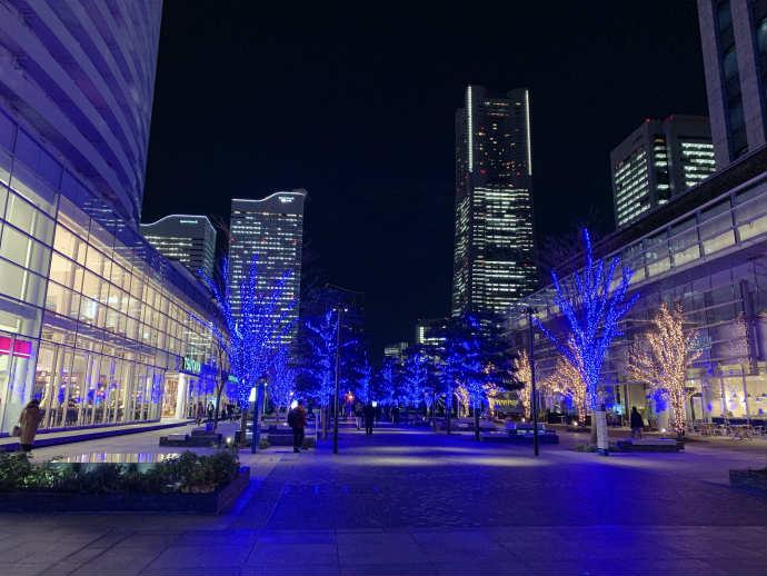 スタバ TSUTAYA 横浜みなとみらい店 夜 ライトアップ 綺麗
