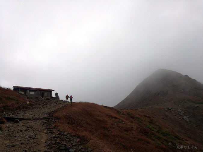 峰の茶屋跡避難小屋と登山者