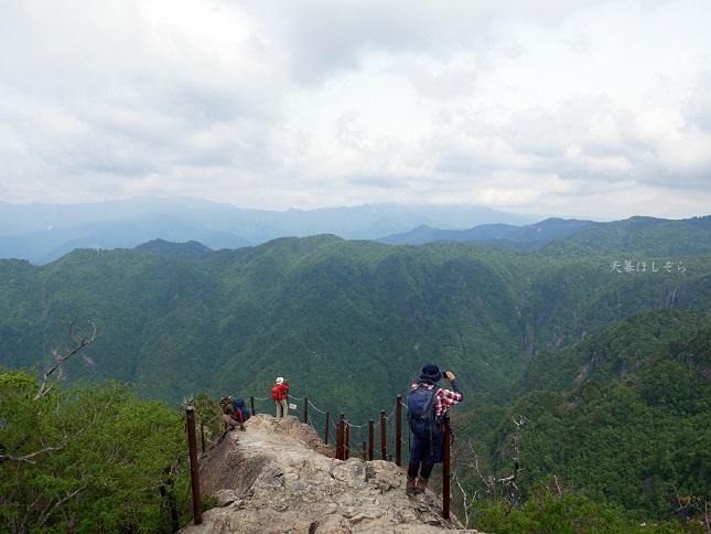大蛇嵓で写真を撮る登山客