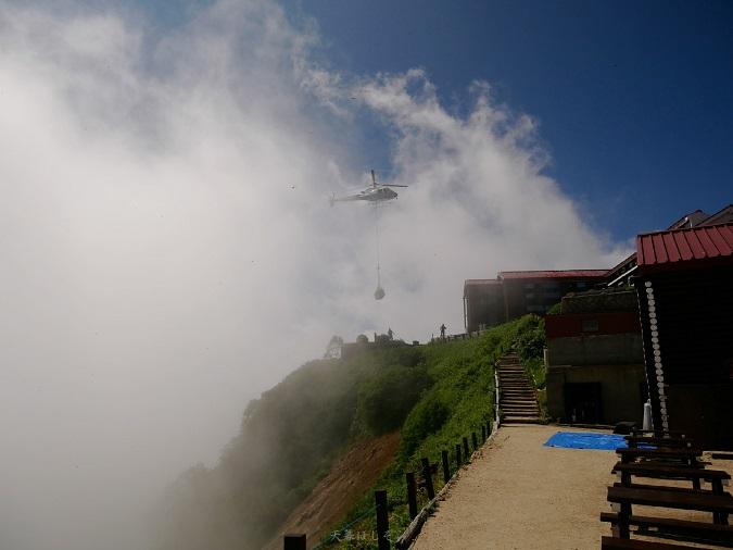 物資を山小屋に運ぶヘリ