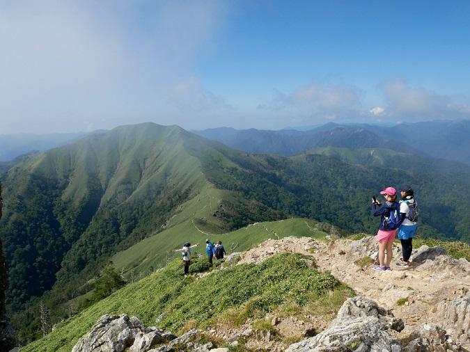 剣山から次郎笈へ行く登山者