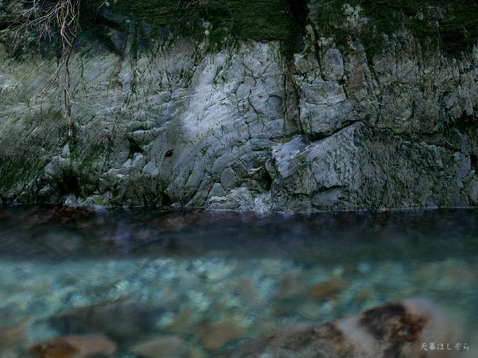 透き通った川の水