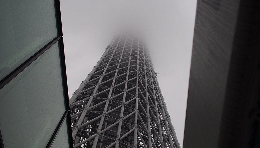 雨でてっぺんが見えない昼のスカイツリー