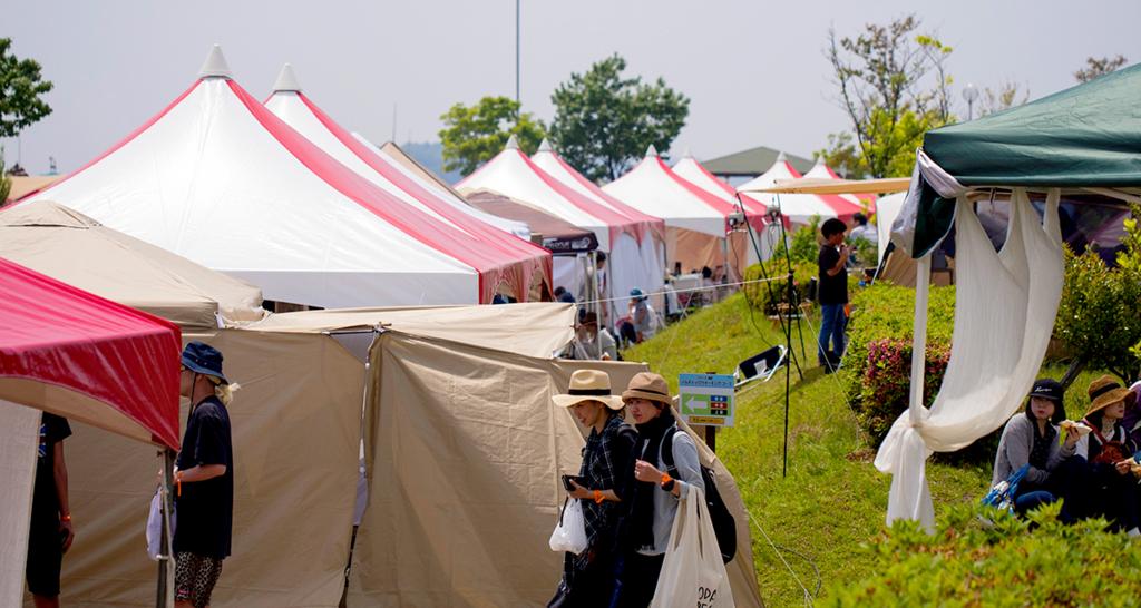 道なりに立ち並ぶテント