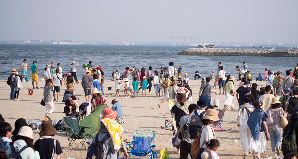 砂浜とたくさんの人