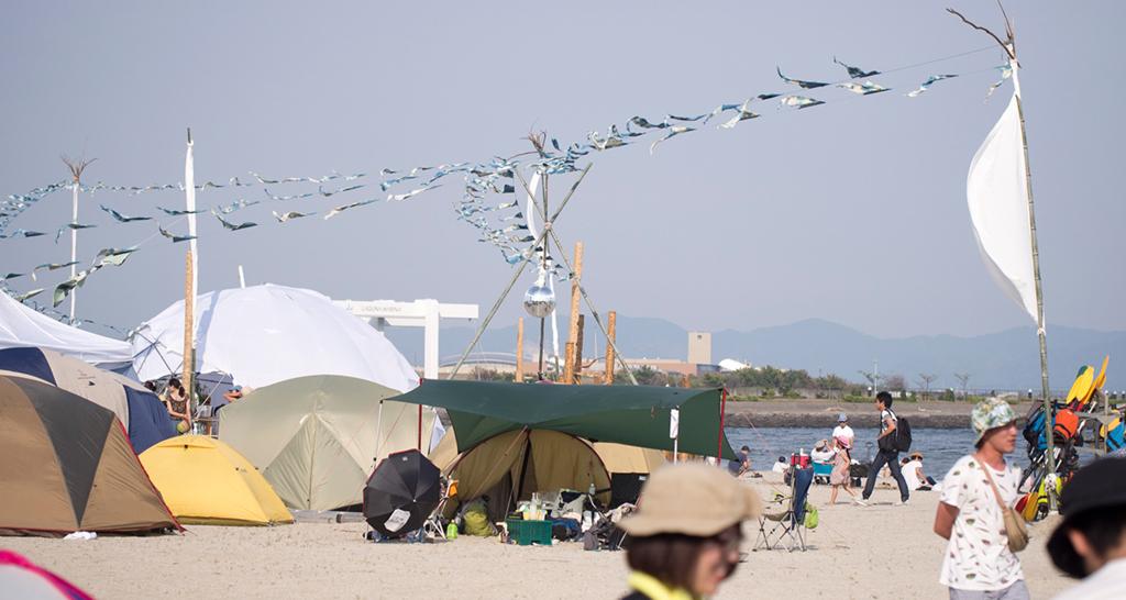 砂浜とテント