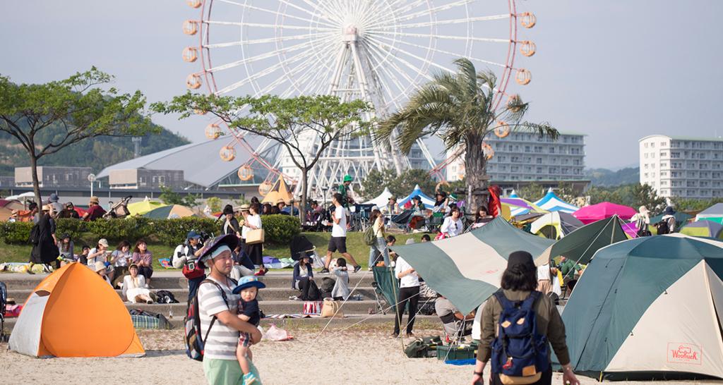 砂浜と芝生、バックに観覧車