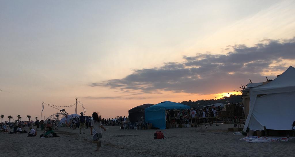 夕日と砂浜
