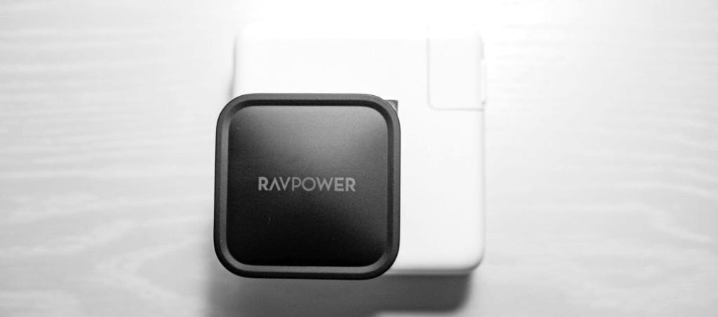 15inchのMacbookProでも使えるコンパクトな充電器 RAVPower RP-PC112