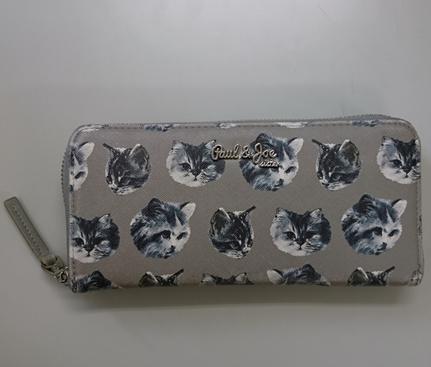 ファスナーで囲まれている財布