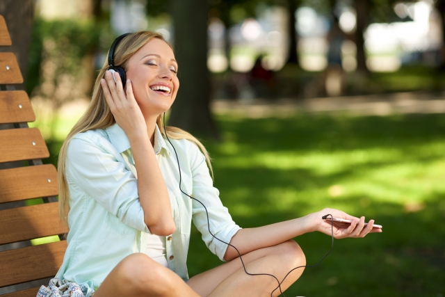 音楽をノリノリで聞く金髪美女