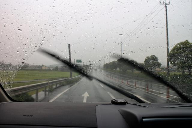 雨の日の運転で動くワイパー