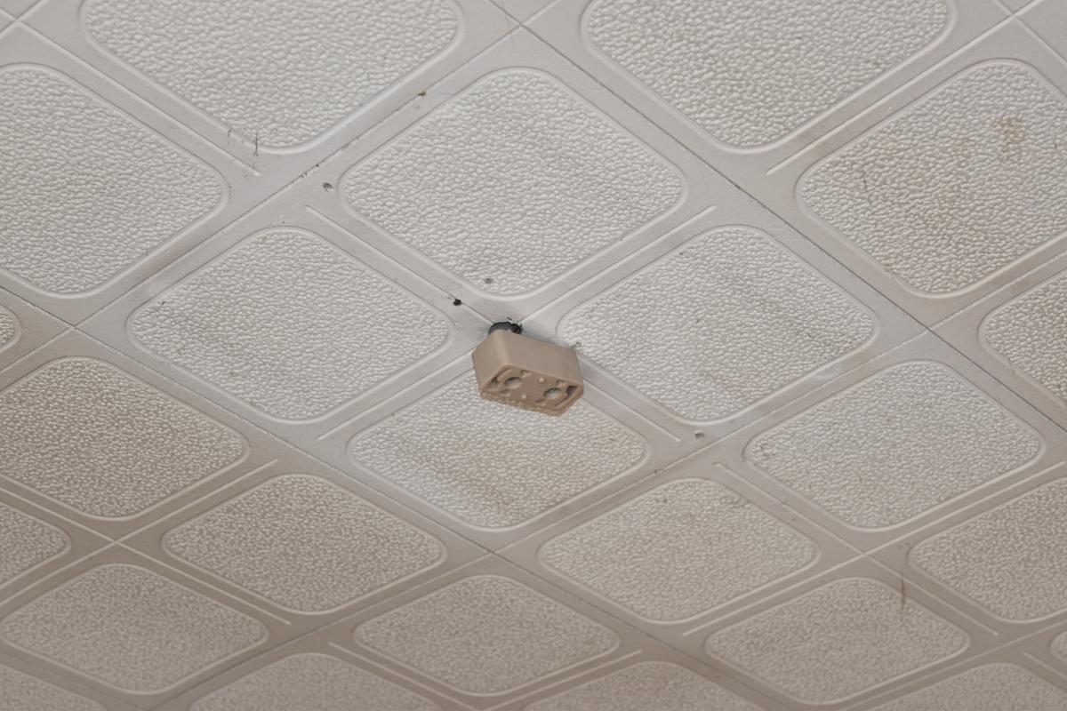 照明を取り外した天井