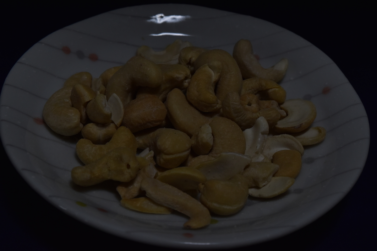 シャッタースピードを固定でさらに絞りを上げてみたカシューナッツの写真