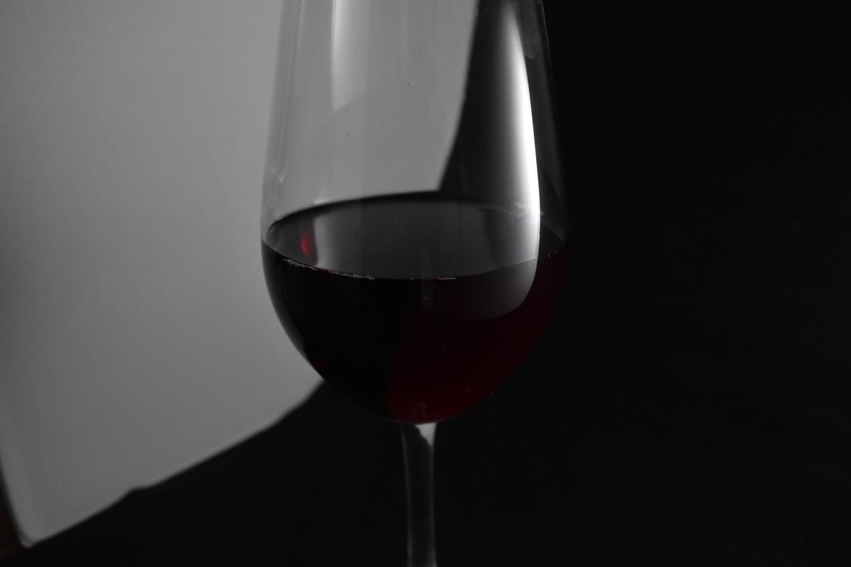 マイナスの露出補正をかけた赤ワイン