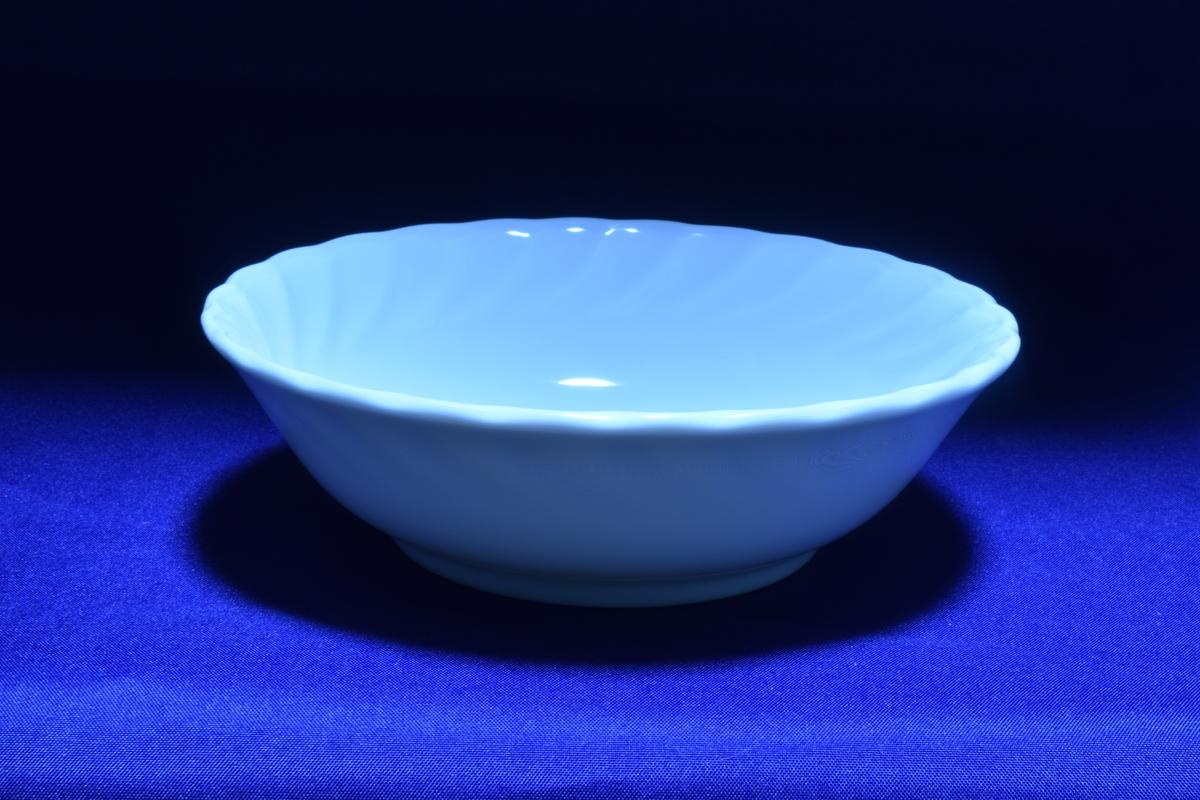 ホワイトバランスを電球に設定して撮影した白いお皿
