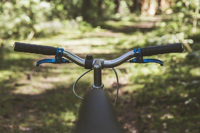 自転車のハンドルに荷物をかけるのは違法だった