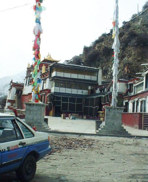 チベット、鳥葬の行われるデプン寺。